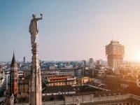 L'une des nombreuses statues de la cathédrale principale de Milan donne sur la ville