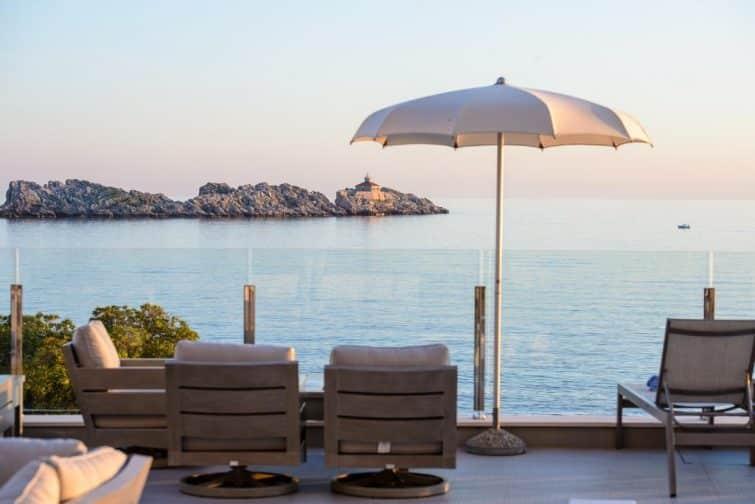 Terrasse avec vue sur mer au Royal Blue Hotel