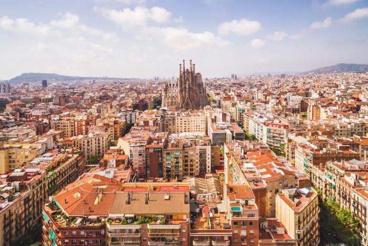 Vue aérienne sur Barcelone et la Sagrada Familia
