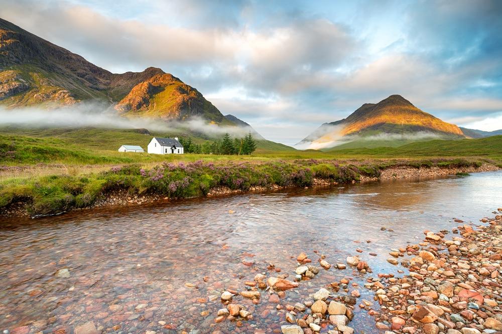 Lever de soleil sur les sommets de Glencoe dans les Highlands écossais