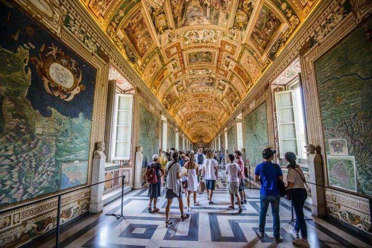 Personnes visitant le musée du Vatican, Rome