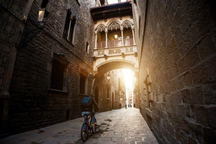 Personne en vélo dans le quartier de Barri Gotic à Barcelone