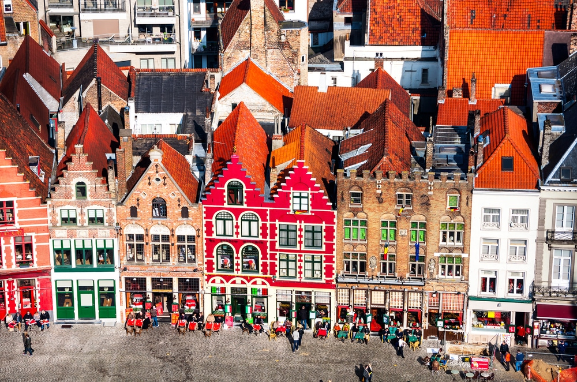 Célèbres vieilles bâtisses colorées sur la place du Marché à Bruges, Belgique.