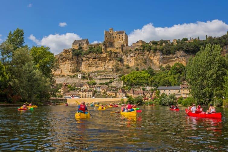 Canoë kayak dans la Dordogne avec vue sur le château de Castelnaud
