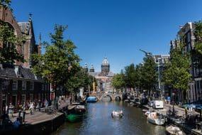 Vue sur le canal, Binnenstad, Oude Kerk et basilique Saint-Nicolas, Amsterdam