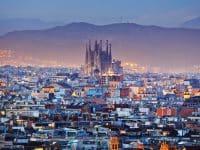 Vue aérienne sur Barcelone de nuit illuminée