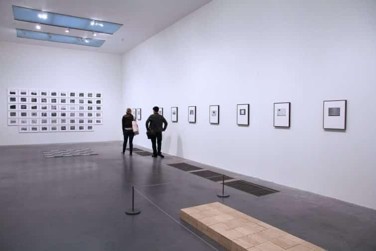 Personnes observant des oeuvres au Tate Modern, Londres