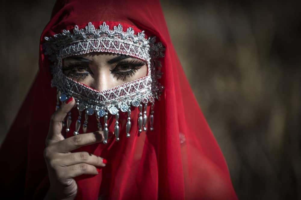 Femme vêtue d'un voile rouge