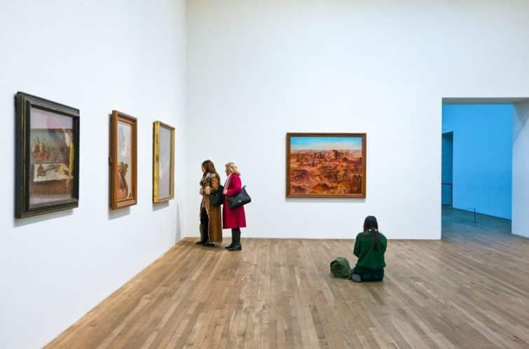 Personnes observant une exposition à la Tate Modern, Londres