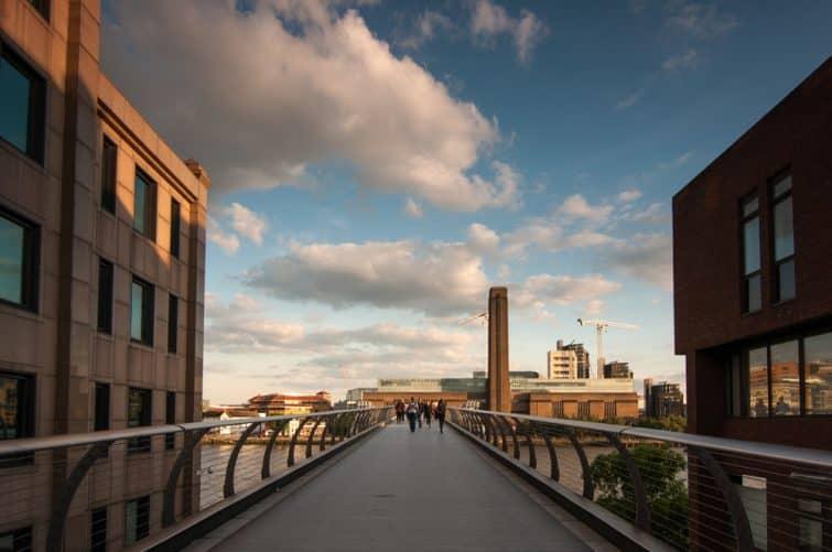 Entrée du Millenium Bridge, vue sur la Tate Modern, Londres