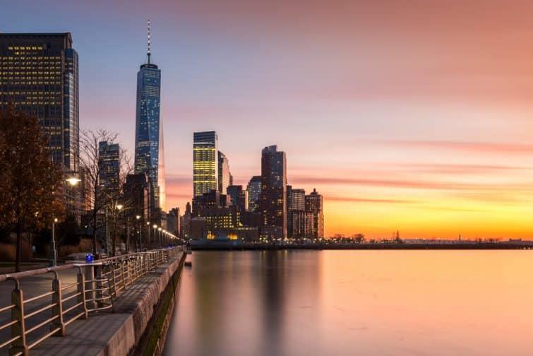 Coucher du soleil du Lower Manhattanat vu depuis le Hudson River Park, à Tribeca, New York