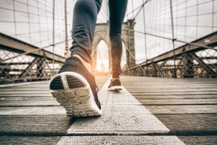 Femme courant dehors - Jeune fille sportive faisant du jogging au coucher du soleil sur le pont de Brooklyn, en gros plan sur des chaussures