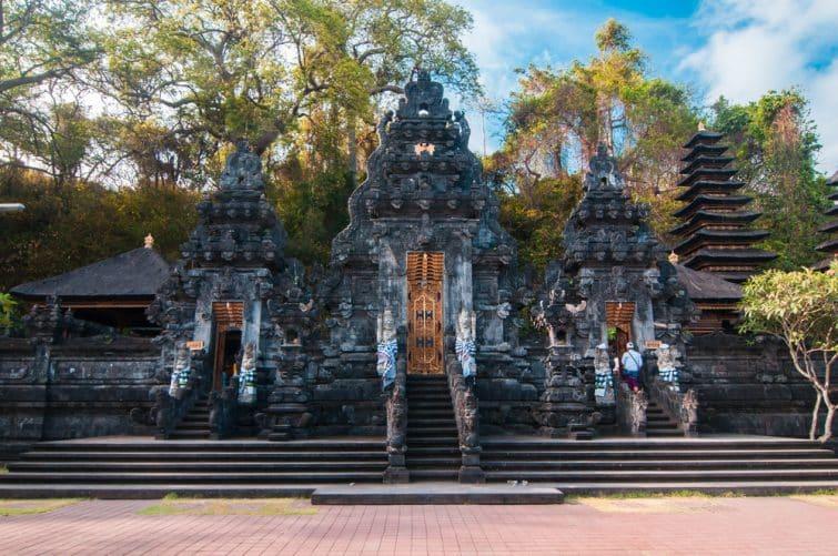 Temple balinais traditionnel - temple de chauve-souris Goa Lawah, Bali, Indonésie
