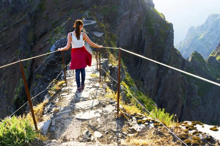 Jeune fille sur le sentier sinueux de randonnée en montagne à Pico do Arieiro, Madère, Portugal