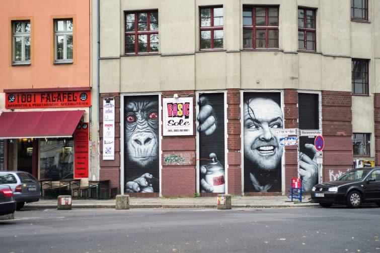 "Oeuvre de street art ""Heeere's kreuzberg!""  représentant Jack Nicholson dans Shining. Artiste MTO, Berlin"