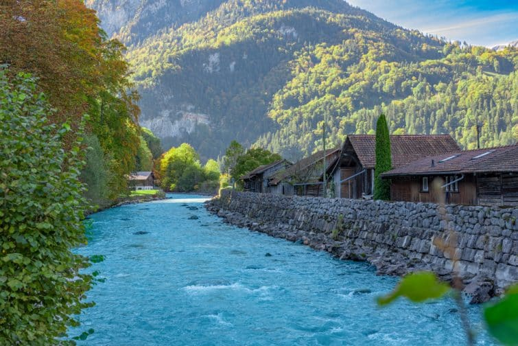 Rivière de Lütschine le long d'Interlaken, Suisse