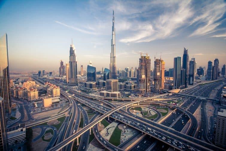 La ligne d'horizon de Dubaï avec sa belle ville à proximité de son autoroute la plus fréquentée de la circulation