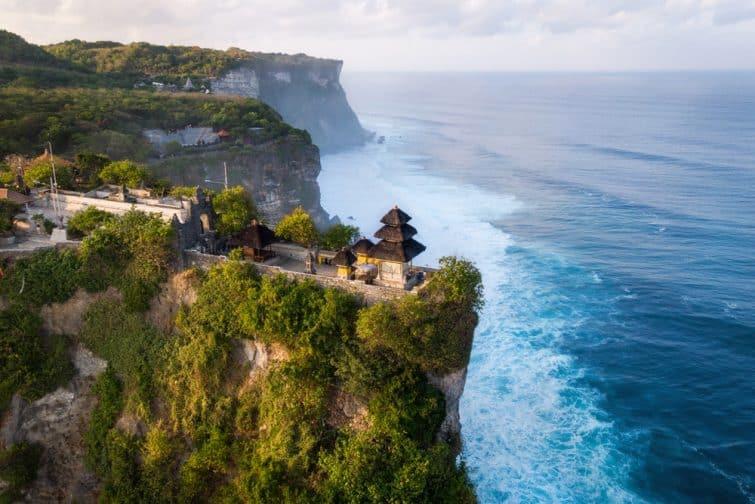 Vue aérienne du temple de Pura Luhur Uluwatu au lever du soleil, Bali