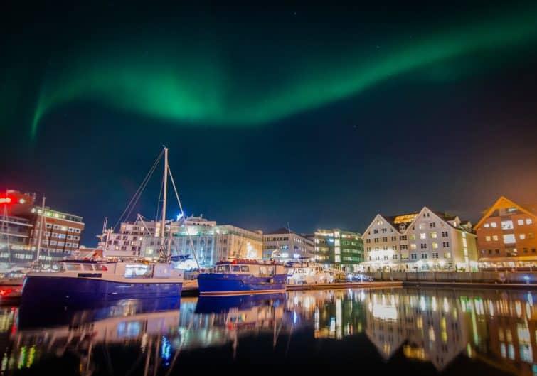 Lumières nordiques (Aurora Borealis) au-dessus du port de Tromsø (Norvège)