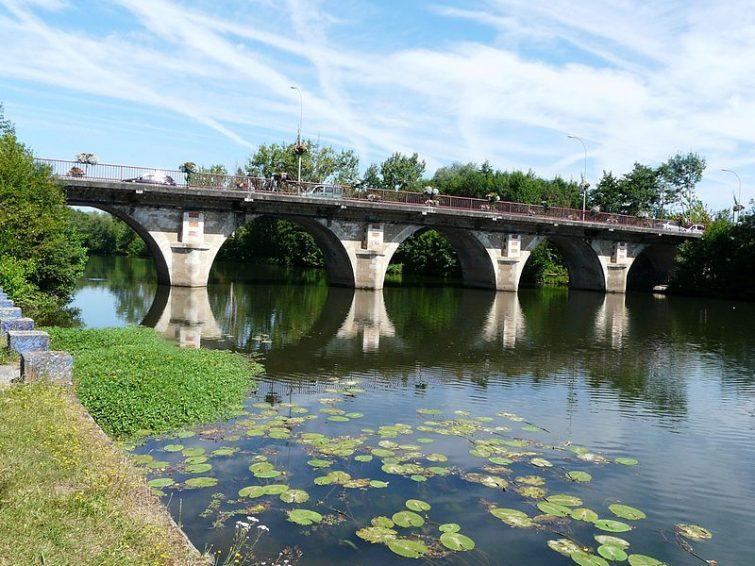 Le pont de la route départementale 708 sur l'Isle, Montpon-Ménestérol, Dordogne, France. Vue prise en direction de l'aval.