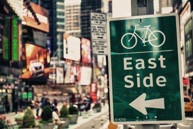 Panneau East Side Bike Path à Times Square, New York.