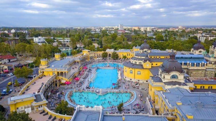 Photo aérienne de la piscine spa Gellert et bain Budapest, Hongrie. Vue aérienne