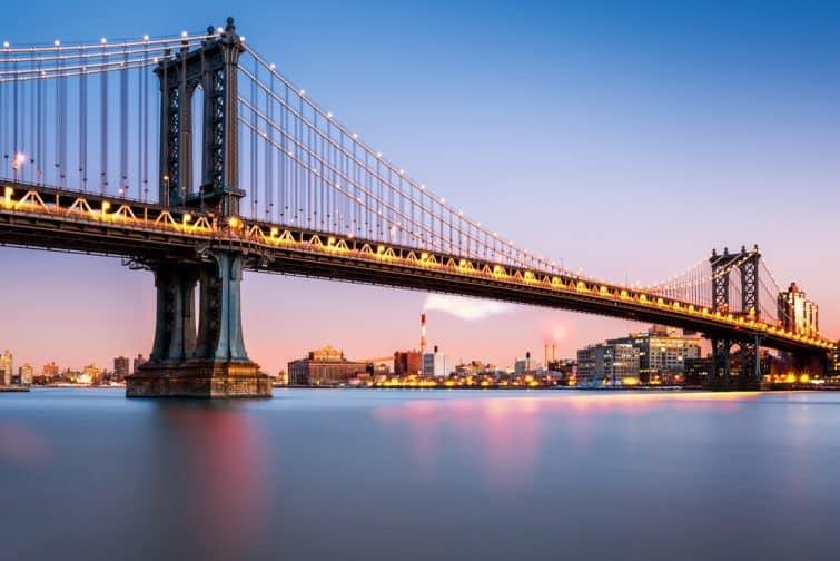Pont de Manhattan illuminé au crépuscule