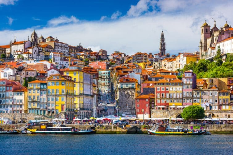 Porto, la vieille ville du Portugal, surplombe le fleuve Douro.