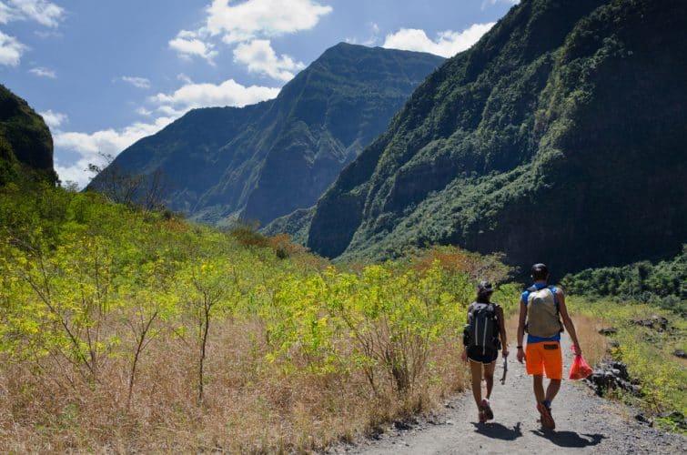Randonnées dans un sentier à l'intérieur de l'île de la Réunion dans le Cirque de Mafate
