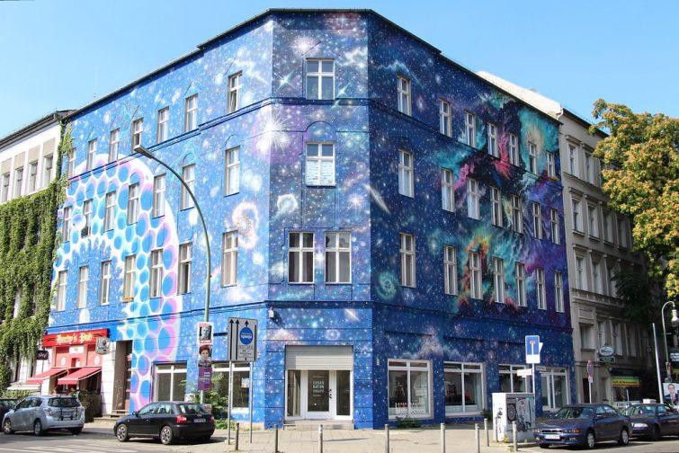 Oeuvre de street art sur un bâtiment du quartier de Schoeneberg, Berlin