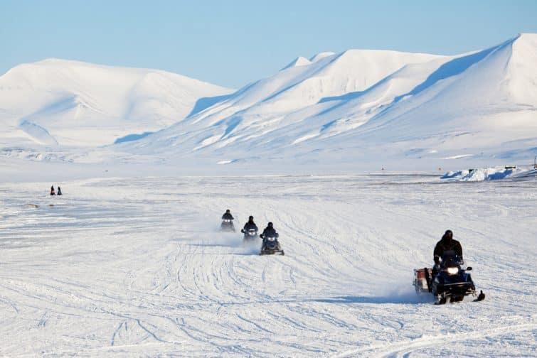 Un groupe de motoneiges sur la glace à l'extérieur de Longyearbyen, Svalbard Norvège