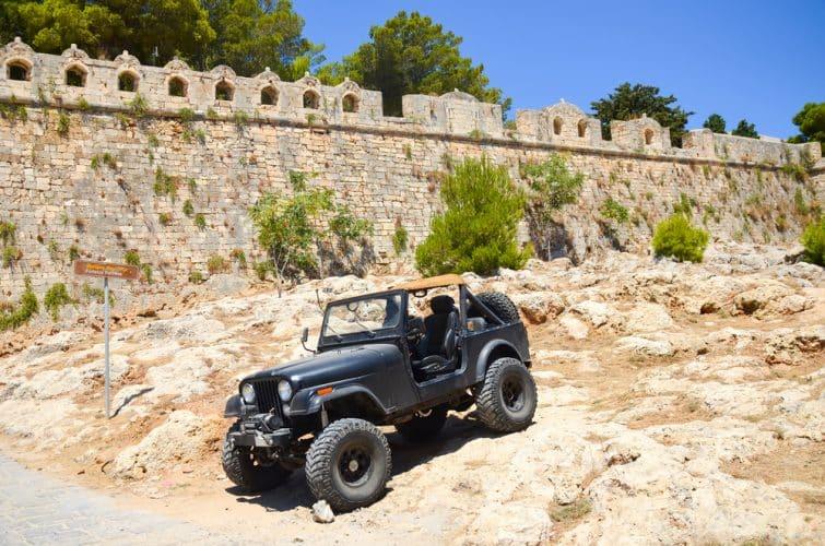 Une énorme jeep noire près de la vieille forteresse de Rethymno