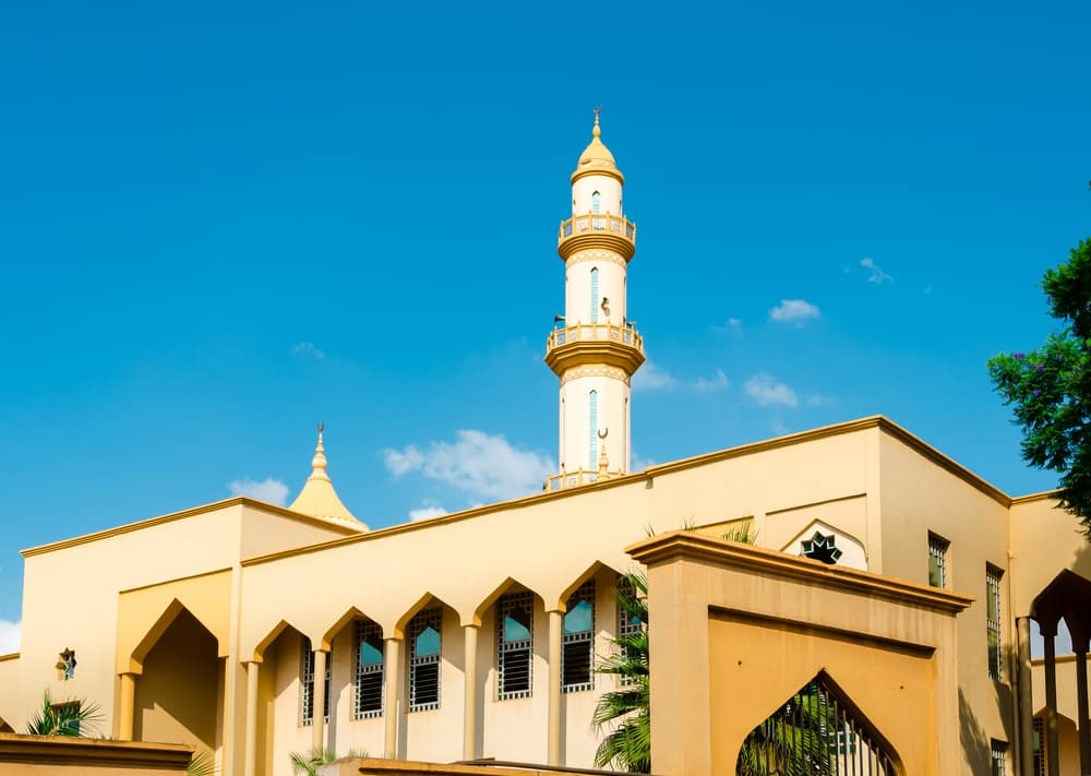 Une mosquée jaune avec tour de minaret l'été sous ciel bleu dans la capitale Lilongwe, Malawi