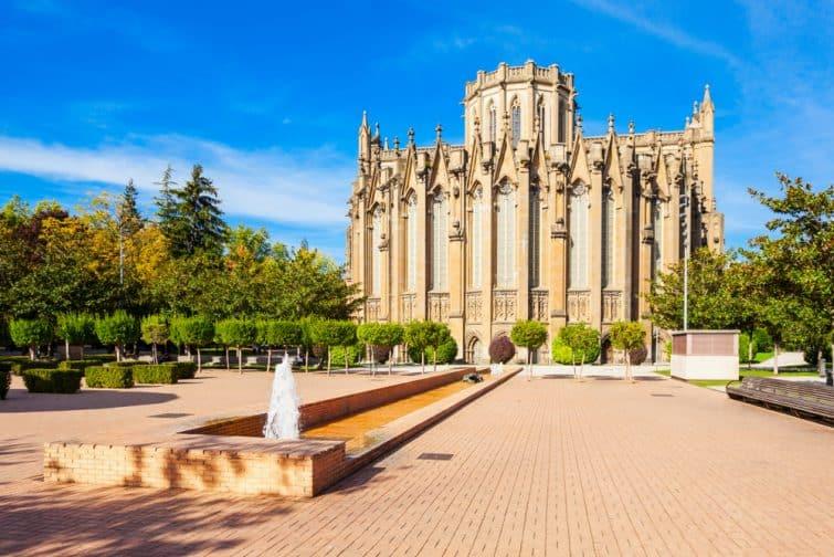 La cathédrale Maria Inmaculada de Vitoria est une cathédrale catholique romaine située à Vitoria-Gasteiz, Pays basque, Espagne