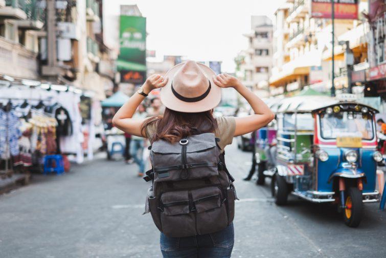 Vue arrière Voyage d'une femme asiatique touriste roulotte sur la route de Khao San, Bangkok, Thaïlande