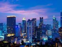 Vue nocturne d'un gratte-ciel de Bangkok, coucher du soleil dans le quartier d'affaires et résidentiel de Sukhumvit