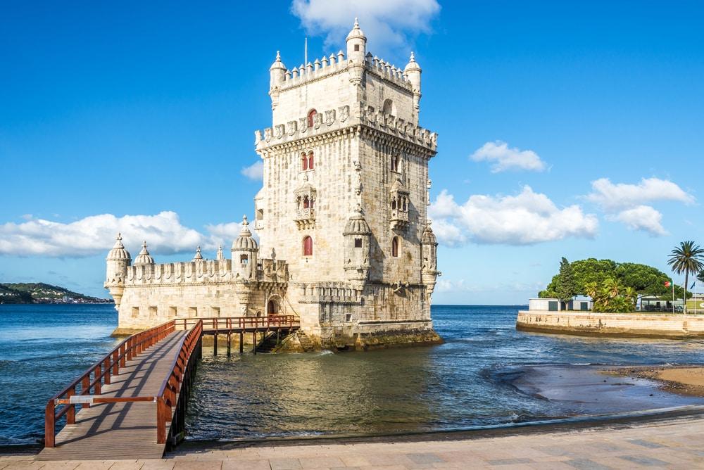 Vue sur la tour Belem au bord du fleuve Tejo à Lisbonne - Portugal