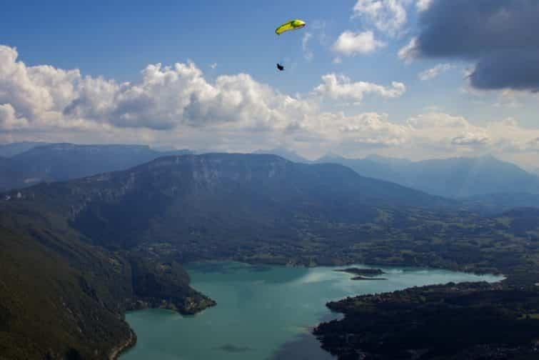 Parapentiste survolant le lac d'Aiguebelette