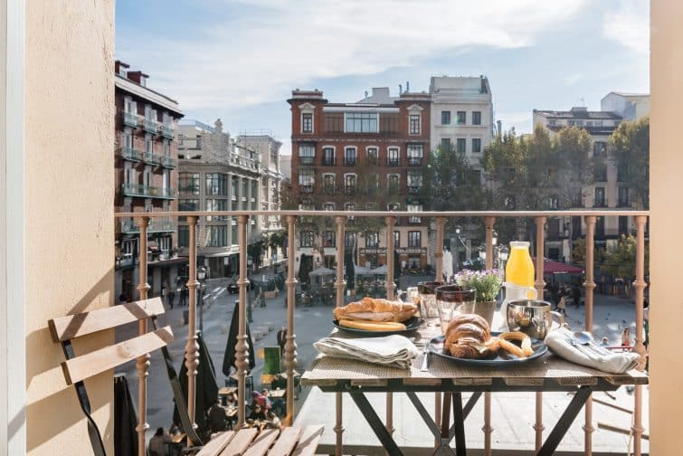 Airbnb avec patio, vue place Santa Ana, Madrid