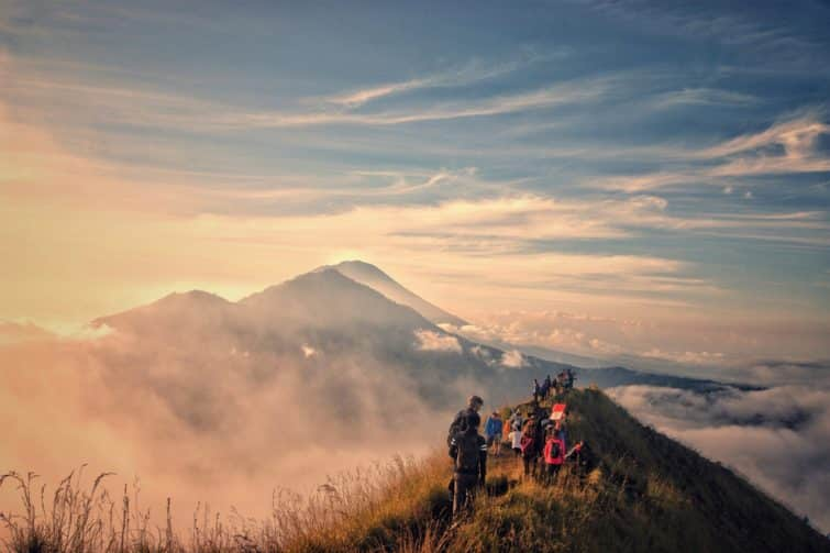 Touristes au sommet du Mont Batur à Bali
