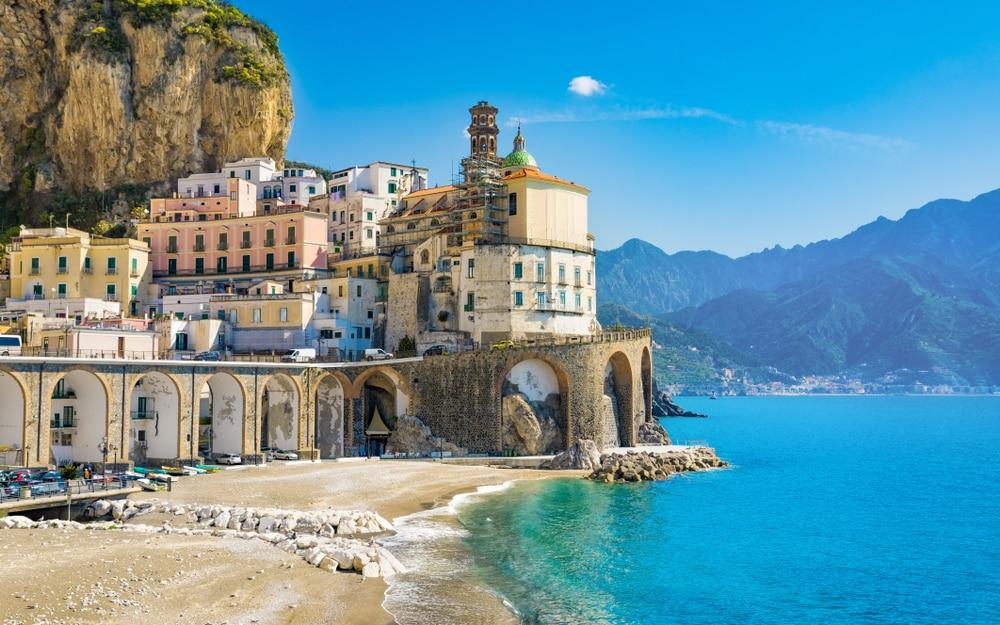Village et plage d'Atrani, Campanie, Italie