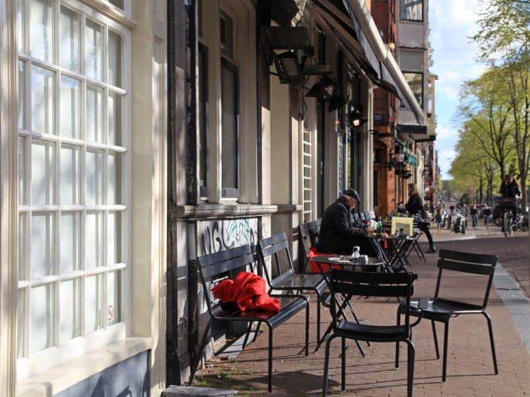 Terrasse de café typique dans le quartier de Jordaan à Amsterdam