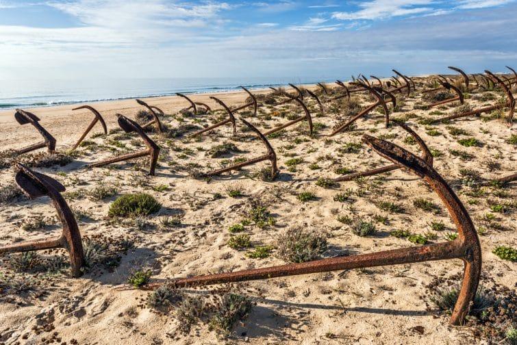 Cimetière des ancres sur la plage de Praia Do Barril à Santa Luzia, Algarve, Portugal, Europe