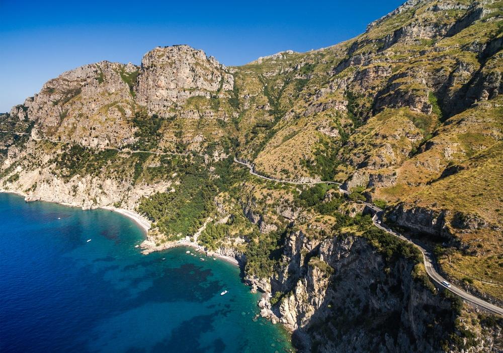 Routes à flanc de falaise sur la Côte Amalfitaine
