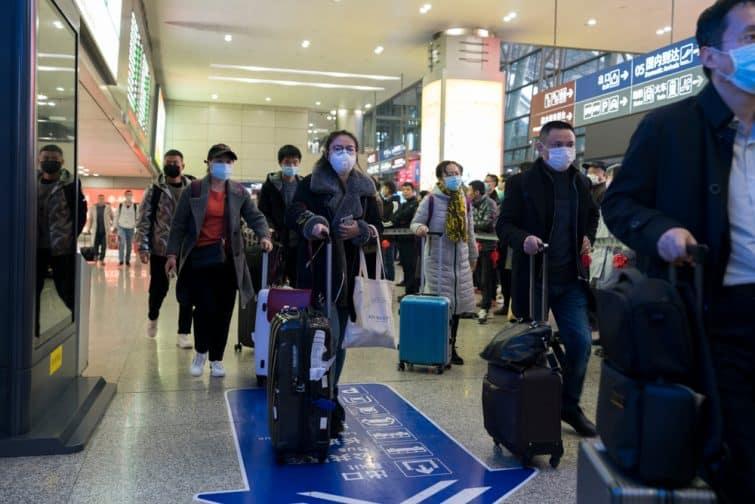 La population chinoise, portant des masques dans les aéroports