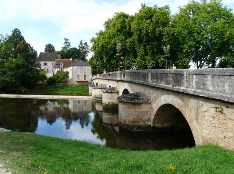 L'Auvézère à l'étiage en amont du pont de Cubjac, Dordogne, France.