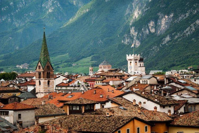 Les toits de Trente et les Dolomites