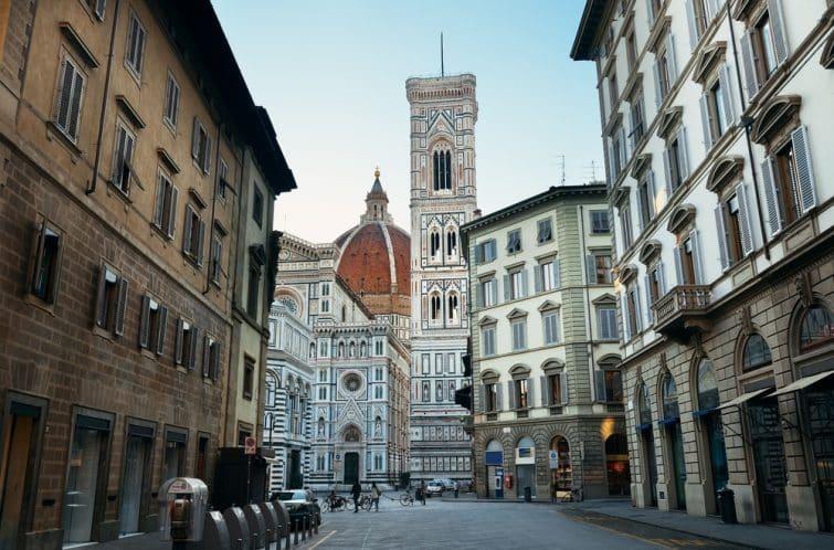 Le Duomo Santa Maria Del Fiore à Florence en Italie en gros plan sur la rue.