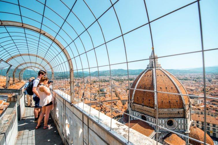 Touristes admirant la vue de la cathédrale Santa Maria Del Fiore, Florence, Italie
