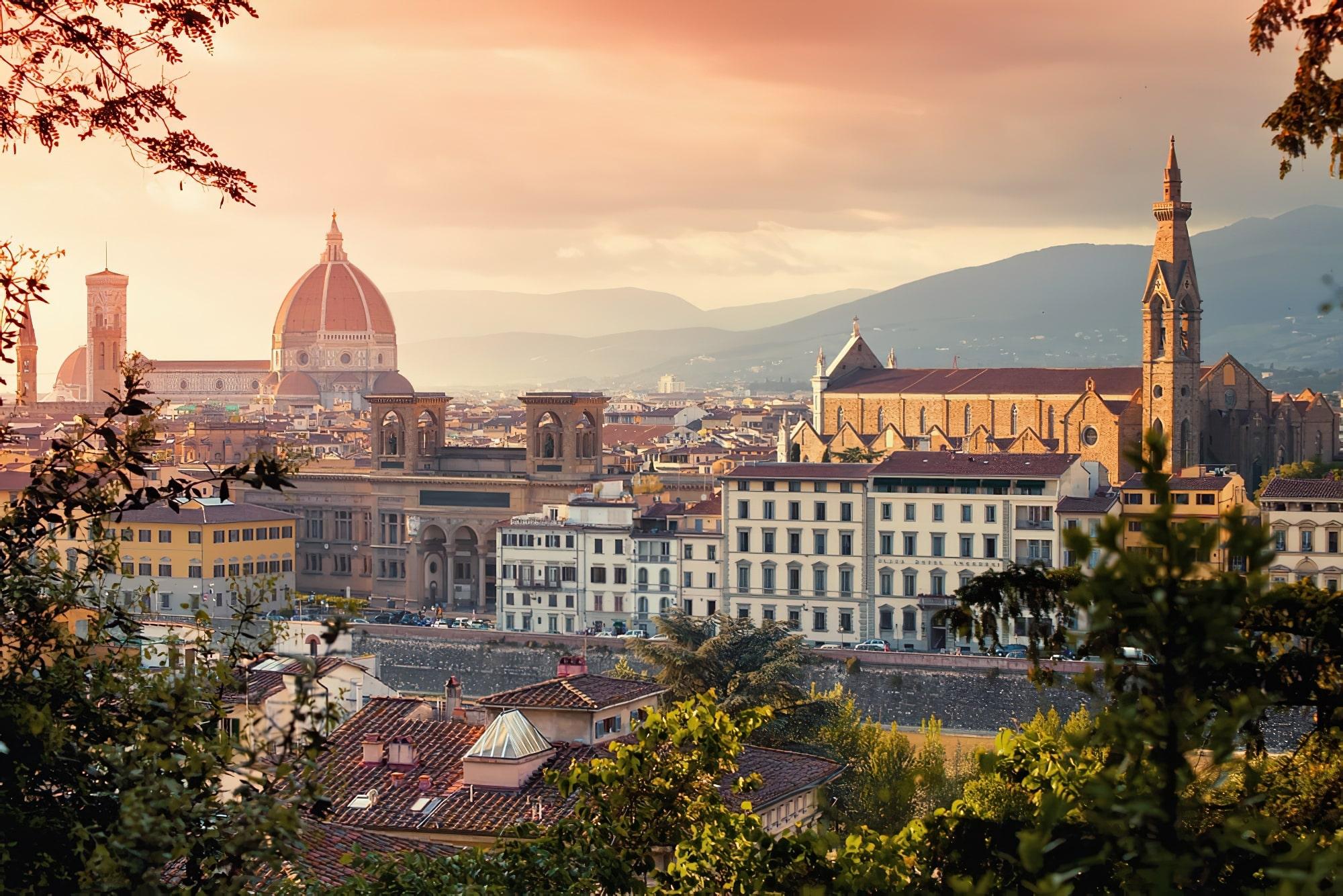 Vue sur la basilique Santa Maria Del Fiore et la basilique Santa Croce au coucher du soleil, Florence, Italie